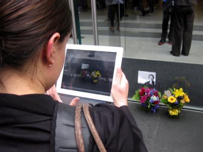Vor Apple-Läden weltweit legen Trauernde Blumen hin. Foto: Roje Adaimy, epa