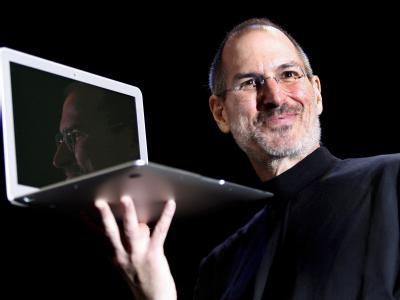 Steve Jobs im Jahr 2008 mit einem Macbook Air. Foto: John G. Mabanglo, dpa