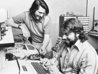Steve Wozniak und Steve Jobs sitzen an einem Computer (Archivfoto von 1976). Foto: Apple
