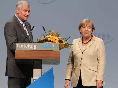 Bundeskanzlerin Angela Merkel und CSU-Parteichef Horst Seehofer auf dem CSU-Parteitag in Nürnberg. Foto: Daniel Karmann