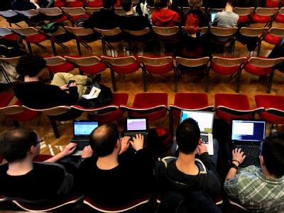 Besucher des Jahreskongresses des Chaos Computer Clubs (CCC) in Berlin arbeiten am 27.12.2010 an ihren Laptops. Foto: Tim Brakemeier dpa