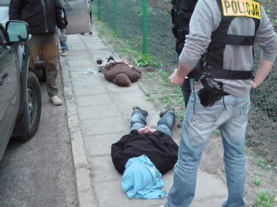 Polnische Polizisten in Zivil bei der Festnahme von zwei mutmaßlichen Ikea-Attentätern. Foto: Polish Police