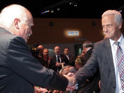 Herausforderer Peter Gauweiler (l) gratuliert beim CSU-Parteitag dem CSU-Vizevorsitzenden und Bundesverkehrsminister Peter Ramsauer zu dessen Wiederwahl.