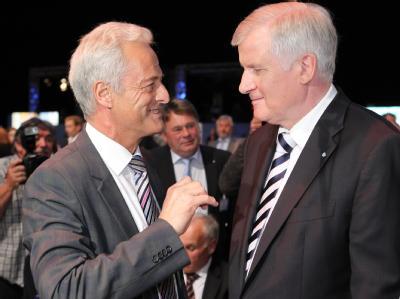 Gratulieren sich zur Wiederwahl: CSU-Chef Horst Seehofer (r) und Vize Peter Ramsauer. Foto: Daniel Karmann