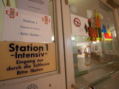 Der Eingang zur Intensiv-Station 1 der Kinderklinik Dritter Orden in Passau. Foto: Armin Weigel