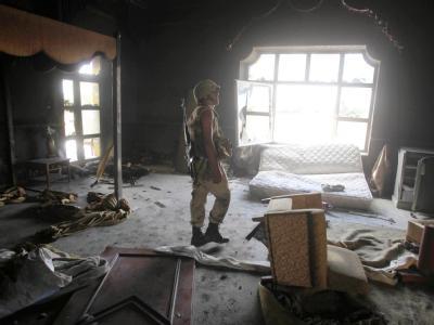 Besuch bei Gaddafi: Libysche Rebellen durchsuchen eine Villa des einstigen Machthabers in Sirte. Foto: Mohamed Messara