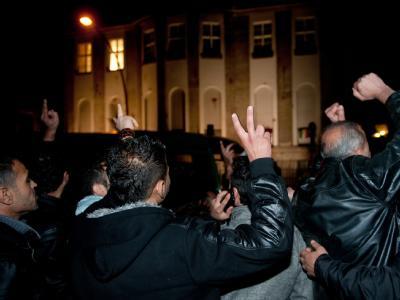 Etwa 30 syrische Regimegegner demonstrieren vor der syrischen Botschaft in Berlin. Einige von den Demonstranten waren zuvor in die Botschaft eingedrungen. Foto: Jörg Carstensen