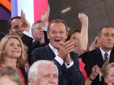 Der polnische Ministerpräsident Donald Tusk feiert nach der ersten Prognose. Foto: Radek Pietruszka