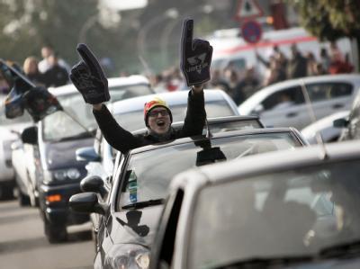 Formel-1-Fans in Heppenheim jubeln bei einem Autokorso über den WM-Titel für Sebastian Vettel  Foto: Fredrik von Erichsen