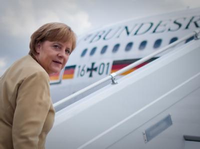Bundeskanzlerin Angela Merkel steht vor der Regierungsmaschine Konrad Adenauer. Foto: Michael Kappeler