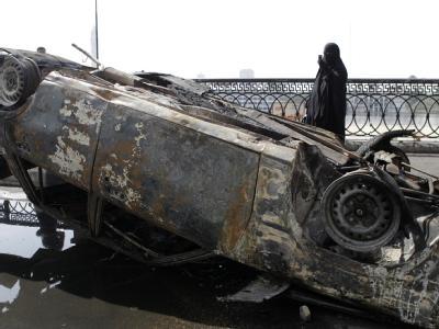 Nach den Unruhen: Ausgebranntes Auto nahe eines Kairoer Fernseh-Sendezentrums. Foto: Andre Pain