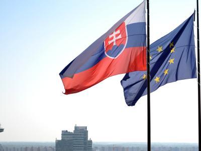 Die Flagge der EU und die slowakische Flagge wehen vor dem Nationalrat in Bratislawa (Slowakei). Foto: Rainer Jensen