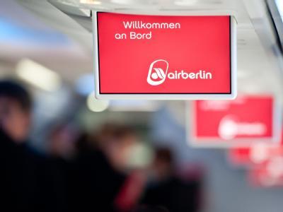 Bildschirme mit Begrüßungs-Anzeigen in einem Flugzeug der Air Berlin. Foto: Tobias Kleinschmidt