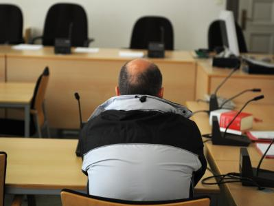 Zwangsvorgeführt: Der Angeklagte Thomas Drach im Landgericht Hamburg. Foto: Christian Charisius