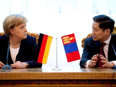 Bundeskanzlerin Angela Merkel spricht in Ulan Bator in der Mongolei mit Ministerpräsident Sukhbaatar Batbold. Foto: Michael Kappeler