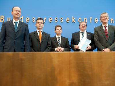 Die Wirtschaftsforscher Klaus Abberger (l-r), Torsten Schmidt, Oliver Holtemüller, Roland Döhm und Joachim Scheide stellen die