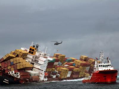 Drei Männer wurden am Morgen von einem Hubschrauber an Deck des Frachters abgesetzt. Foto: New Zealand Defence