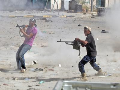 Kämpfer des Übergangsrates bei einem Gefecht gegen die letzten Getreuen des gestürzten Diktators. Foto: Mohamed Messara