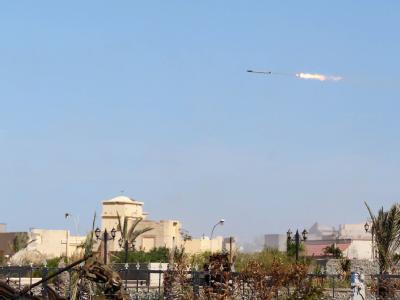 Ein Geschoss der Gaddafi-Gegner über der Stadt Sirte. Foto: Mohamed Messara