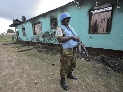 UN-Blauhelme bewachen die niedergebrannte Parteizentrale der Unity Party von Präsidentin Ellen Johnson Sirleaf. Nach der Wahl kam es zu Unruhen. Foto: Ahmed Jallanzo