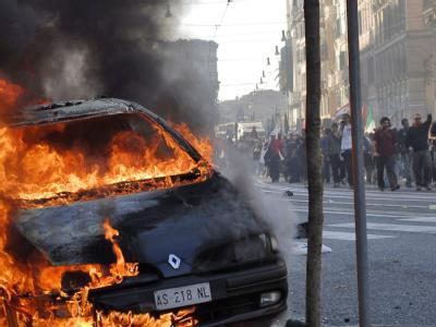 Bei den Protesten in Rom wurden mehrere Autos angezündet. Die friedlichen Demonstranten versuchten zeitweise, die Gewalttätigen zu isolieren. Die Polizei ging mit Wasserwerfern gegen die Autonomen vor. Foto: Alessio Taralletto