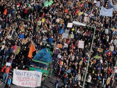 Demonstranten ziehen in Berlin vom Alexanderplatz zum Bundeskanzleramt. Foto: Hannibal