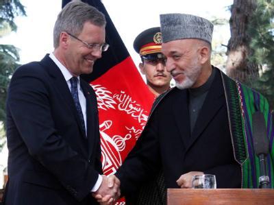 Handschlag in Kabul: Bundespräsident Christian Wulff und der afghanische Staatspräsident Hamid Karsai (r). Foto: S. Sabawoon