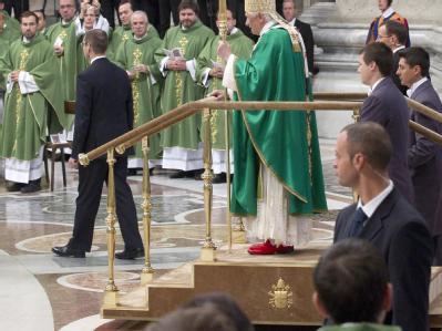 Papst Benedikt XVI. ist zum ersten Mal auf einer mobilen Plattform zur Sonntagsmesse im Petersdom erschienen. Foto: Clauio Peri
