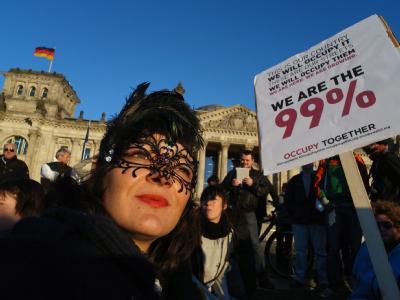 Demonstranten protestieren auch am Sonntag vor dem Reichstagsgebäude in Berlin. Foto Hannibal