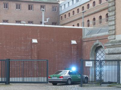 Der Reemtma-Entführer Thomas Drach wird in das Strafjustitzgebäude des Landgerichts in Hamburg gefahren. Foto: Christian Charisius