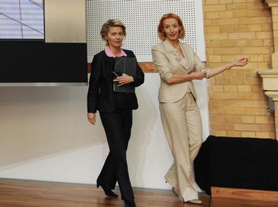 Nach dem Treffen von Personalvorständen der 30 Dax-Unternehmen zur Erhöhung des Frauenanteils in Führungspositionen unterhalten sich Bundesarbeitsministerin Ursula von der Leyen (l, CDU) und Regine Stachelhaus (Vorstandsmitglied Eon AG). Foto: Rainer Jens