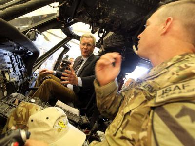 Bundespräsident Christian Wulff sitzt in Masar-i Scharif in Afghanistan, in einem Rettungshubschrauber der 1. ACB US. Helicopter Brigade. Foto: Wolfgang Kumm