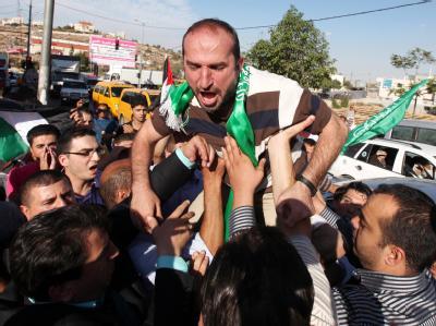 Ein Ex-Häftling wird frenetisch empfangen. Foto: Abed Al Hashlamoun