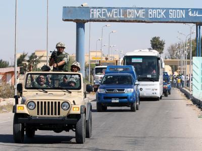 Eskorte palästinensischer Ex-Häftlinge: Als eine Art Nebenprodukt des Gefangenenaustauschs könnte wieder Bewegung in die Friedensverhandlungen kommen. Foto: Khaled Elfiqi