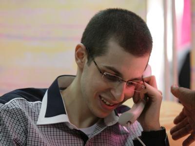 Schalit bei einem Telefonat mit seinen Eltern - dem ersten nach mehr als fünf Jahren. Foto: Epa