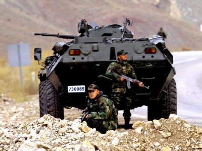 Türkische Soldaten sichern eine Landstraße in der Provinz Hakkari in der Nähe der irakischenGrenze. Archivfoto: dpa