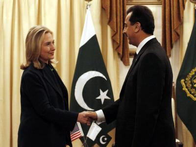 US-Außenministerin Hillary Clinton und der pakistanische Regierungschef Yusuf Raza Gilani bei einem Treffen in Islamabad vor einigen Wochen. Im Moment herrscht Eiszeit im Verhältnis Pakistan-USA. Archivfoto: T. Mughal