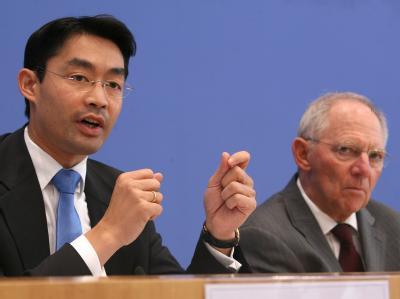 Bundeswirtschaftsminister Rösler (l, FDP) und Bundesfinanzminister Schäuble (CDU) geben ihre Einigung in Sachen Steuersenkung bekannt. Foto: Stephanie Pilick