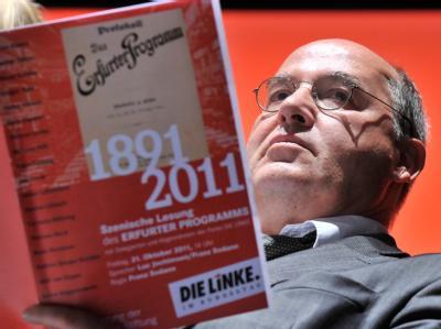 Der Vorsitzende der Bundestagsfraktion der Linkspartei, Gregor Gysi, mit dem «Erfurter Programm». Foto: Hendrik Schmidt, dpa