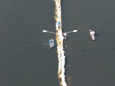 Nur die Straßenlaternen weisen noch darauf hin, dass hier normalerweise keine Boote unterwegs sind. Foto: Narong Sangnak
