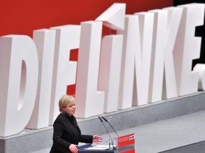 Die Vorsitzende der Linkspartei, Gesine Lötzsch, spricht auf dem Bundesparteitag in Erfurt. Foto: Hendrik Schmidt