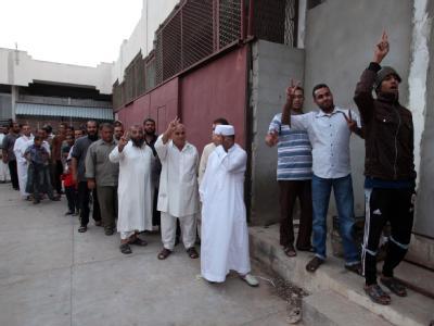 Libyer in Misrata stehen an, um die Leiche von Gaddafi zu betrachten. Foto: Mohamed Messara