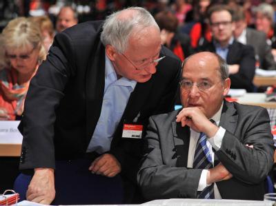 Der Fraktionsvorsitzende der Partei Die Linke, Gregor Gysi (l), und Oskar Lafontaine, Vorsitzender der saarländischen Linksfraktion. Foto: Hendrik Schmidt, dpa