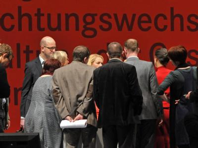 Delegierte diskutieren auf dem Bundesparteitag der Linken inErfurt auf der Bühne. Foto: Martin Schutt, dpa