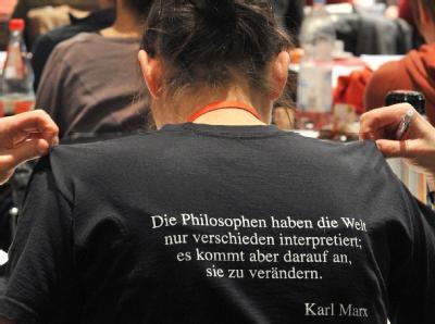 Eine Delegierte der Linkspartei trägt Karl Marx. Foto: Hendrik Schmidt, dpa