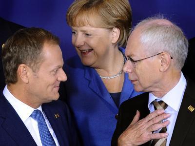 Polens Premierminister Donald Tusk, Herman Vam Rompuy, Präsident des Europäischen Rates (r), und Kanzlerin Merkel beim Fototermin. Foto: Benoit Doppagne, epa