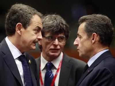 Frankreichs Präsident Sarkozy (R) im Gespräch mit Spaniens Regierungschef Zapatero. Foto: Olivier Hoslet