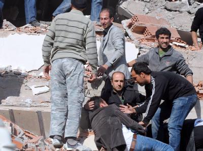 Helfer bergen Überlebende aus eingestürzten Gebäuden. Foto: Abdurrahman Antakyali
