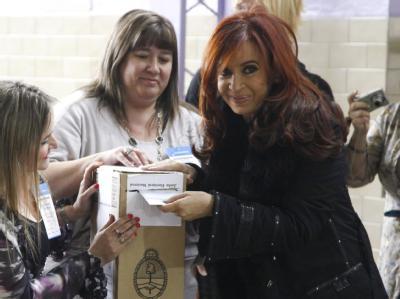 Die argentinische Präsidentin Cristina Fernández de Kirchner an der Wahlurne. Foto: Ariel Molina