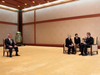 Bundespräsident Christian Wulff (r) wird in Tokio vom japanischen Kaiser Akihito ( 2.v.l.) im Salon Take-no-Ma im kaiserlichen Palast empfangen. Links sitzt der Zeremonienmeister. Foto: Wolfgang Kumm